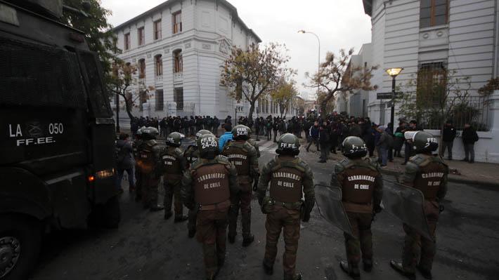 Encapuchados lanzan bombas molotov desde el Liceo de Aplicación y provocan destrozos en rectoría