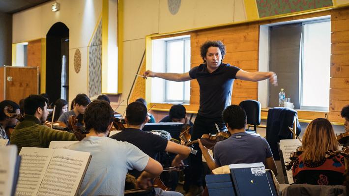 """Gustavo Dudamel dirigirá a más de 70 músicos jóvenes chilenos: """"Yo no vengo a enseñar, sino a descubrir"""""""
