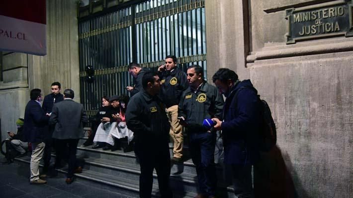No habrá paro: Ministro Larraín y gremios de Gendarmería logran acuerdo