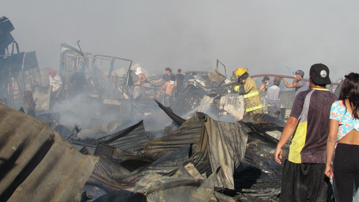 Calama: Habilitan albergue para los 400 damnificados de incendio que afectó al campamento Frei Bonn
