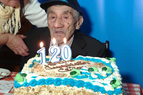 ¡Y sigue celebrando! El hombre más longevo de Chile cumplió 120 años