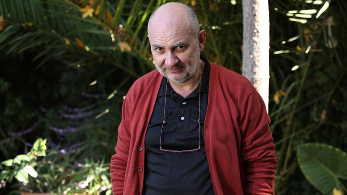 Luis Gnecco se lució como un despreocupado abuelo en el debut de la comedia