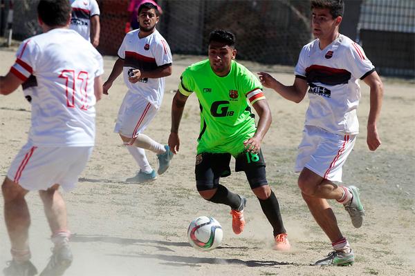 Gonzalo Jara Se Divierte Jugando Futbol En Hualpen En Medio De