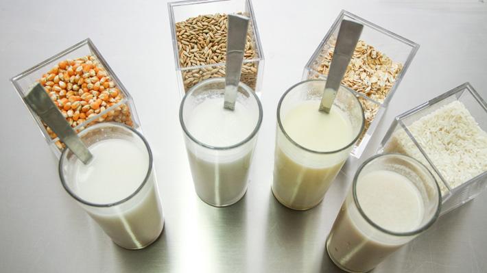 """Lecheros en picada contra """"leches"""" vegetales: """"Deberían estar al lado de los jugos de naranja y no de los lácteos"""""""
