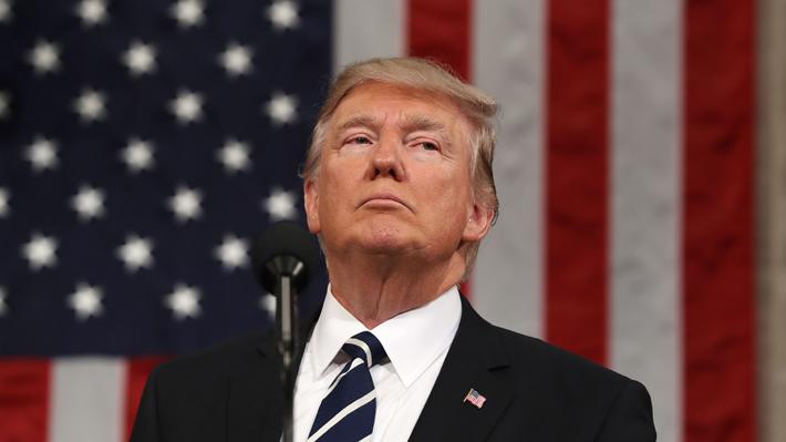 """Miembro del Gabinete de Trump considera """"deshonor"""" no cuestionar a neonazis"""