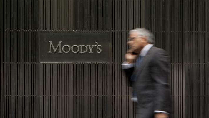 """Moody's rebajó el panorama crediticio de Chile a """"negativo"""" pero mantiene nota """"Aa3"""""""