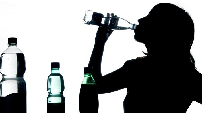 De la llave, embotellada, gasificada o saborizada: ¿Qué tipo de agua es la mejor para hidratar el cuerpo?