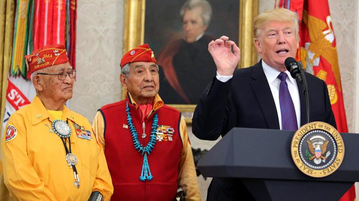 """Otra de Donald Trump: Llama """"Pocahontas"""" a senadora en ceremonia con indios Navajos"""