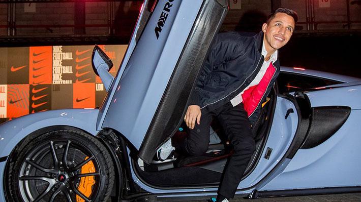 El tocopillano asistió junto a otras figuras del fútbol como Neymar al  aniversario de los zapatos Mercurial de Nike y llegó arriba de un 570S. 0a7b26c880b6b