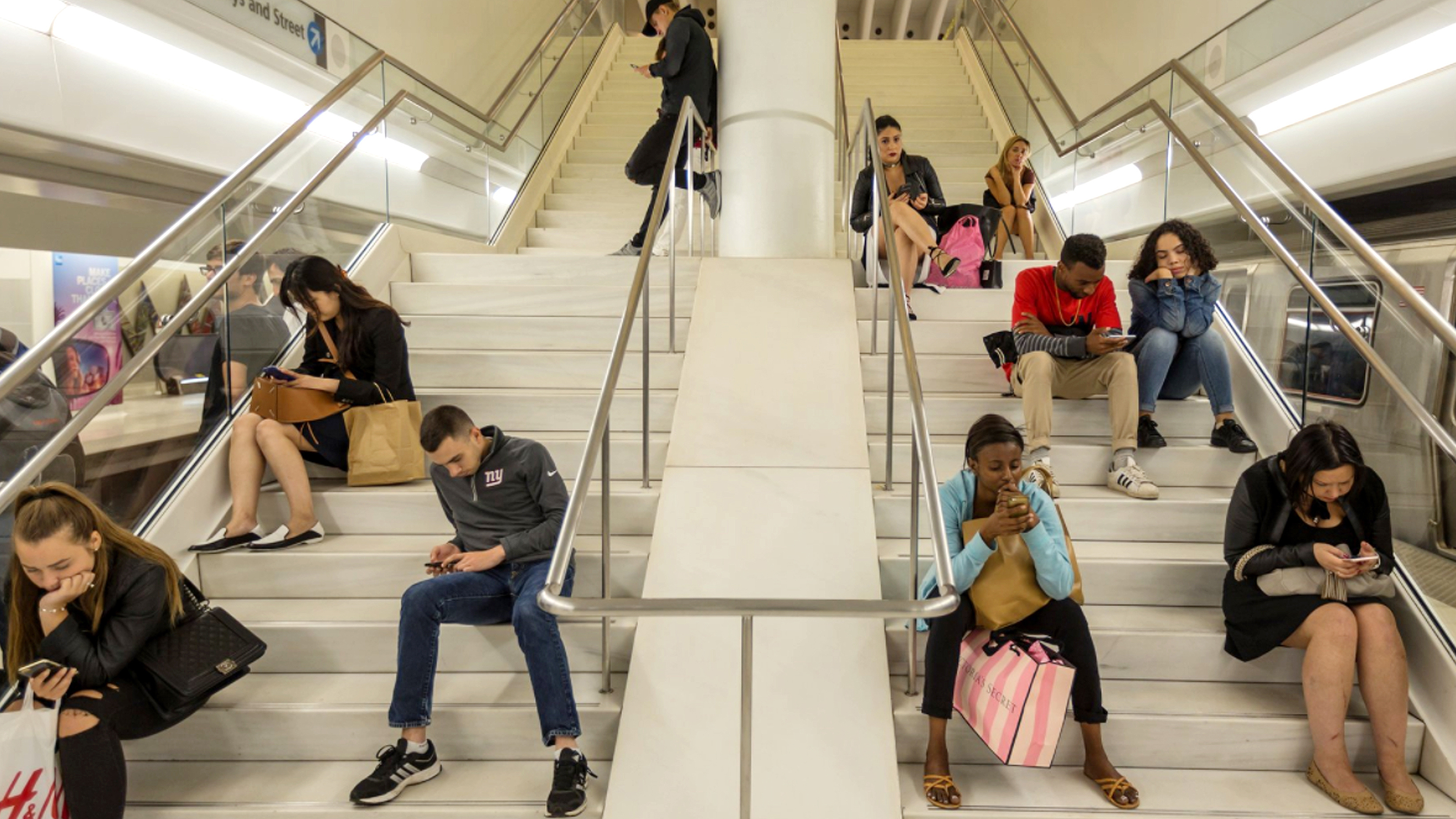 ¿Auge y caída de los millennials?: Estudio revela que sus ingresos no aumentan como en la Generación X
