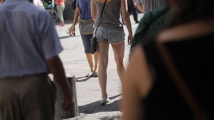 No más gestos, silbidos ni comentarios obscenos: Acoso callejero será castigado con multa en Francia
