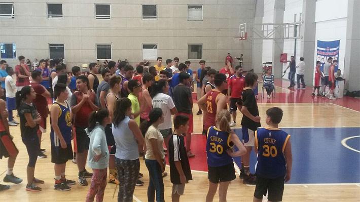 El ambicioso plan que busca a los niños y jóvenes más altos de Chile para atraerlos al básquetbol