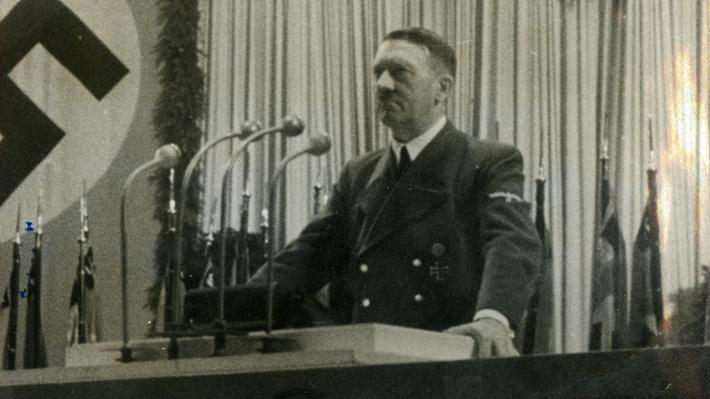 """Indignación por libro infantil que destaca a Hitler entre once """"líderes increíbles"""""""