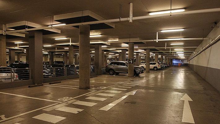 ¿Estacionamientos muy caros? Aplicación ofrece opciones más baratas en distintos sectores de Santiago
