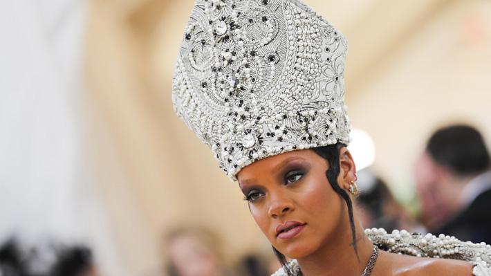 Se vistió de papisa: Rihanna apostó por el atuendo más criticado y también aplaudido de la Gala MET 2018