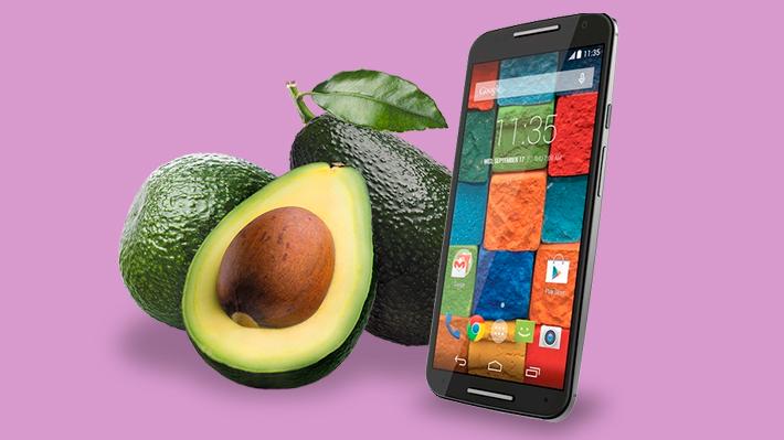 Insólita transacción: Chileno compró un celular a empresa del retail a cambio de 58 kilos de palta
