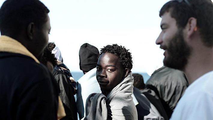 """Migrantes del """"Aquarius"""" desembarcan en España con el recibimiento de miles de voluntarios"""