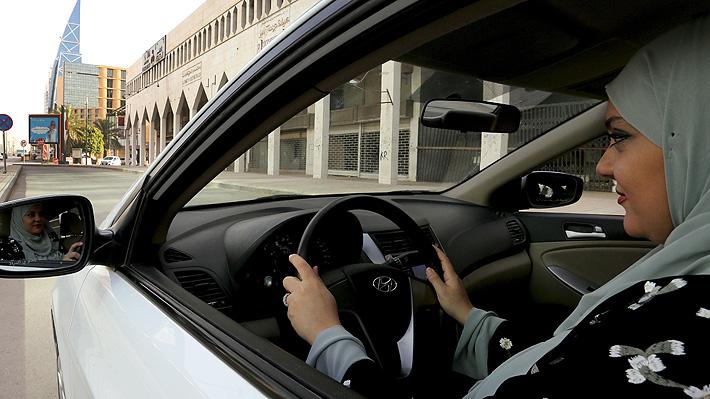 Mujeres sauditas aprovechan sus recién estrenadas licencias de conducir para trabajar en el transporte de pasajeros