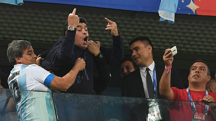 """Insultó, bailó, durmió e incluso se lo llevaron casi desmayado: El """"show"""" de Maradona en la dramática clasificación argentina"""