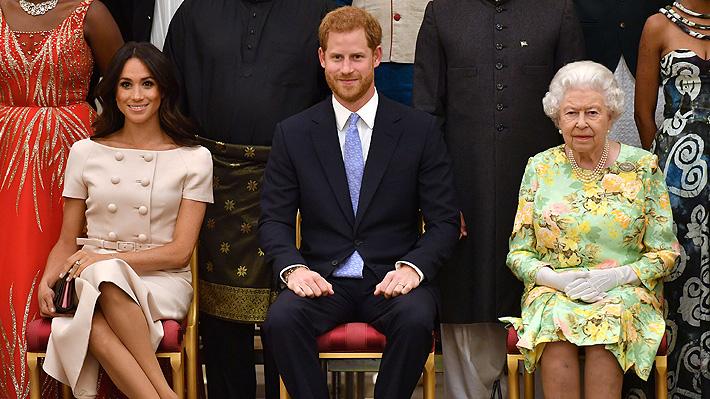 ¡Rompió una regla! La duquesa de Sussex olvidó el protocolo en un acto público con la reina