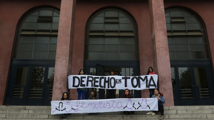 Sigue toma en Facultad de Derecho de la U. de Chile luego que se rechazara solicitar de renuncia del profesor Carmona