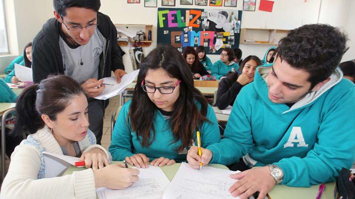 Global Teacher Prize: ¿Cómo funciona el concurso que podría elegir a un chileno como el mejor profesor del mundo?