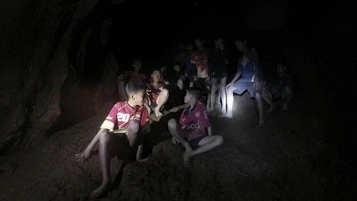 """Niños atrapados en una cueva en Tailandia envían cartas a sus familias: """"Estamos bien, no se preocupen por mí"""""""