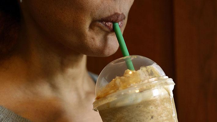 Conocida cadena de cafeterías dejará de usar bombillas plásticas debido al daño que causan a los océanos