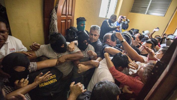 Nicaragua: Seguidores de Ortega y paramilitares irrumpen en basílica y agreden a obispos