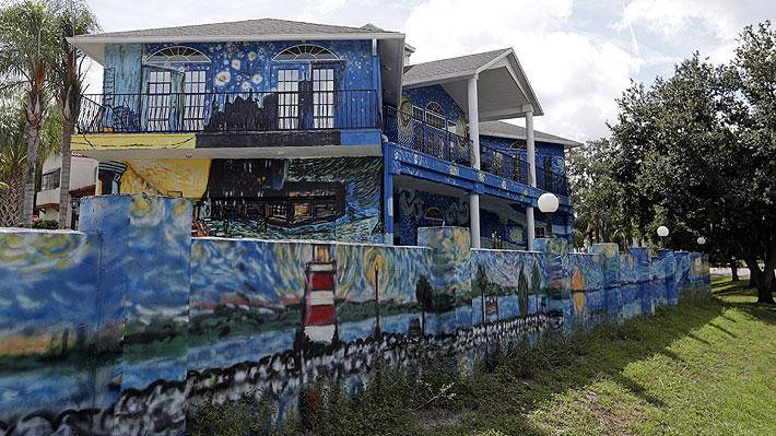 Pareja pintó su casa como un cuadro de Van Gogh para guiar a su hijo con autismo en caso de perderse
