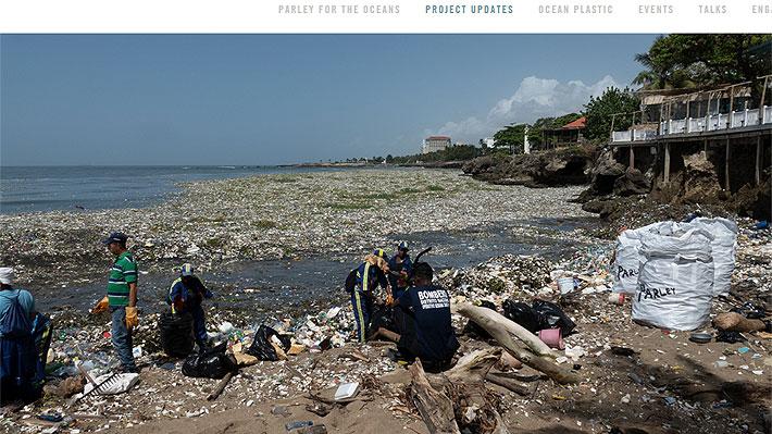 Video: Toneladas de desechos plásticos invadieron una playa en República Dominicana