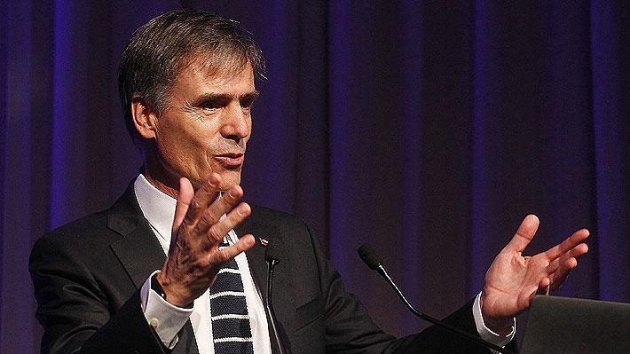 Ministro de Economía se defiende ante polémica generada tras recomendar invertir fuera de Chile