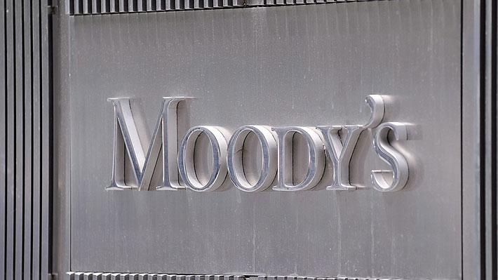 Golpe a las expectativas: Agencia Moody's rebaja nota crediticia de Chile
