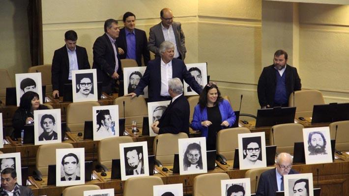 Diputados socialistas protestan con fotos de detenidos desparecidos en rechazo a decisión de la Corte Suprema