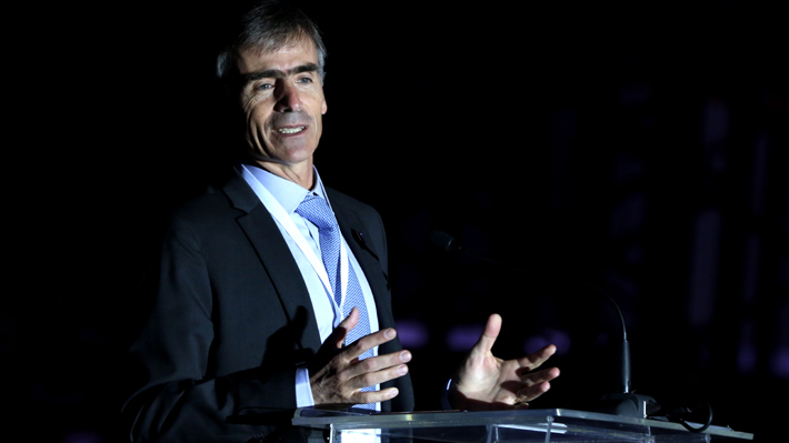 Ministro Valente reconoce responsabilidad tras frase sobre la inversión en el extranjero