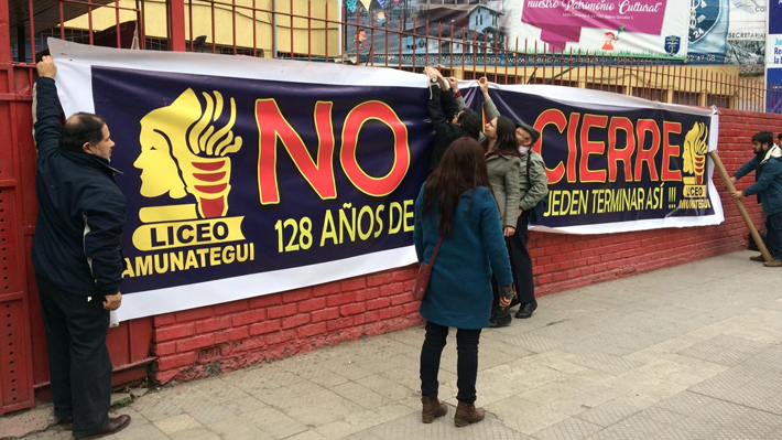"""Apoderados del Amunátegui critican inicio de clases: """"Se ha mermado su derecho a la educación"""""""