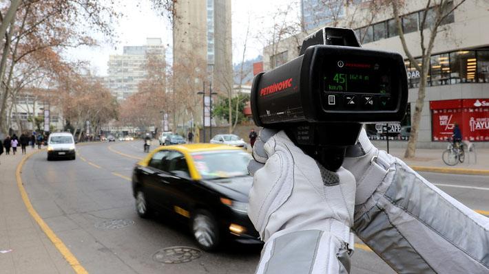 """Reducción de velocidad: Municipios piden fondos para cambiar señaléticas y Conaset dice que """"no es obligación"""""""