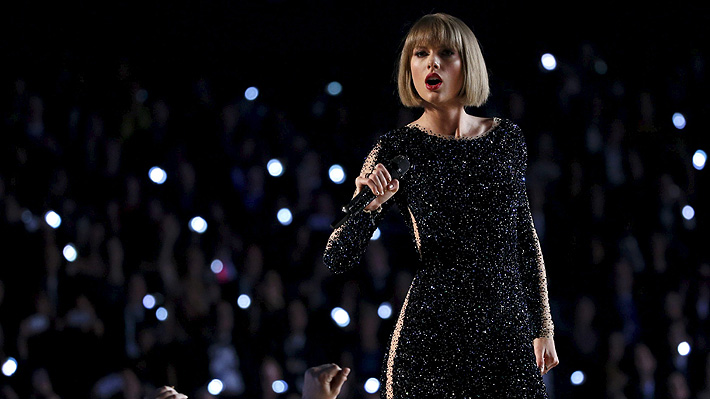 Taylor Swift contiene las lágrimas sobre el escenario al recordar veredicto contra DJ que la agredió sexualmente