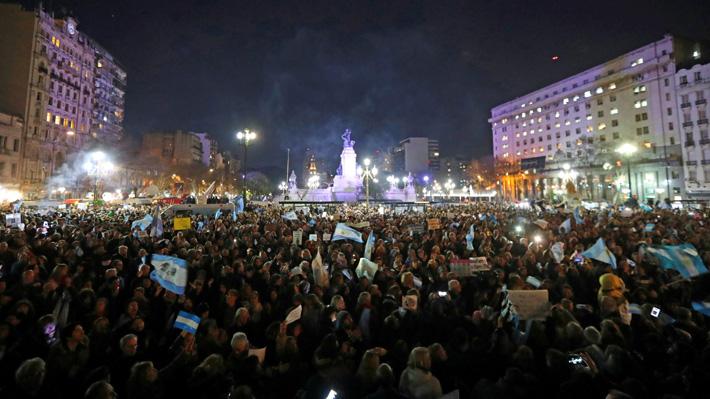 Miles de manifestantes marchan para pedir desafuero de Cristina Fernández en medio de caso de corrupción