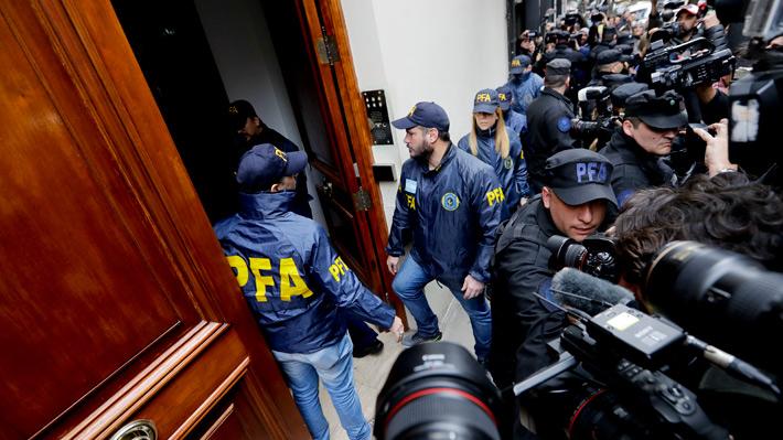Operativo de policía para allanar propiedades de ex Presidenta Fernández se extiende por más de nueve horas