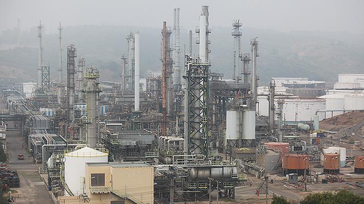 Gobierno apunta a ENAP como responsable de emergencia ambiental en Quintero y suspende sus faenas