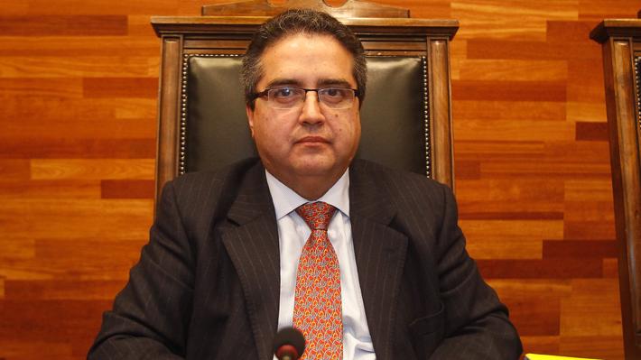 Profesor Carlos Carmona renuncia a la Escuela de Derecho de la U. de Chile tras cumplir sanción por acoso