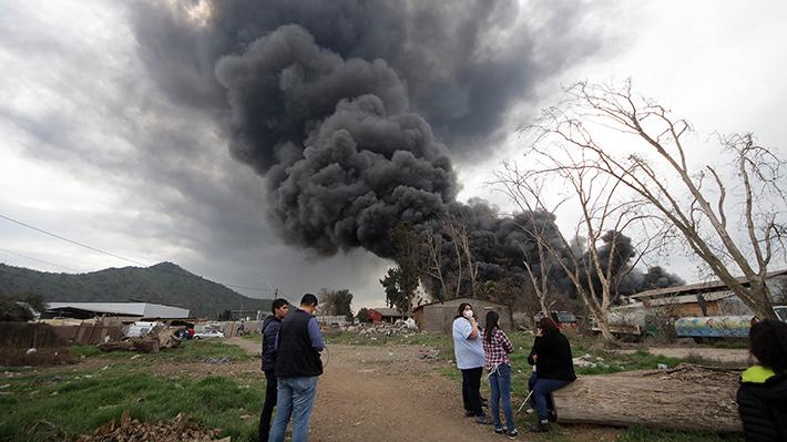 Las impactantes imágenes del incendio que ha generado una peligrosa nube de humo en sectores de Santiago