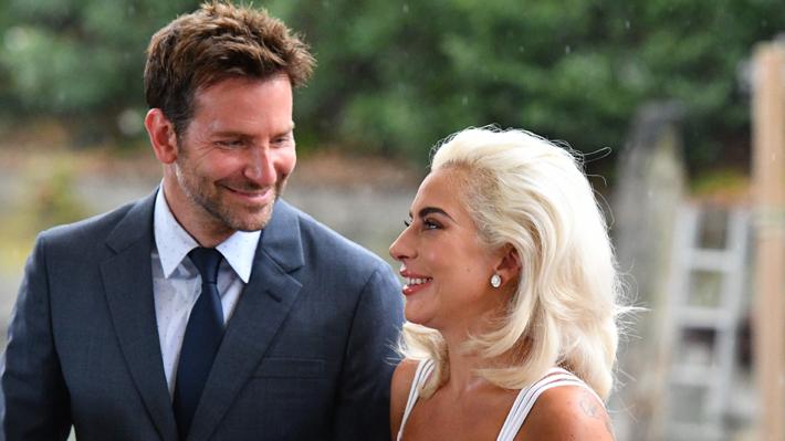 Lady Gaga se luce junto a Bradley Cooper promocionando su nueva película en el Festival de Venecia