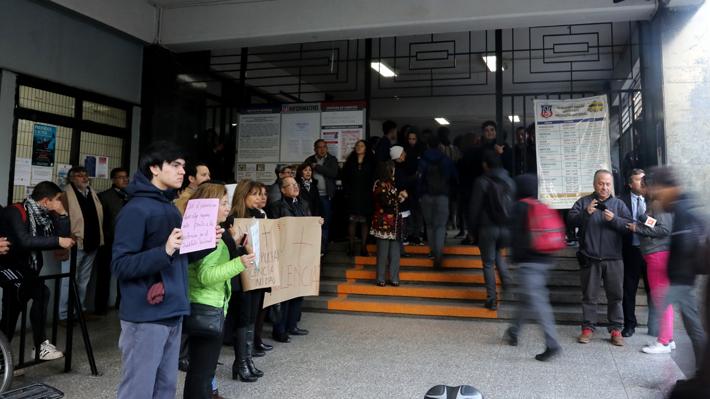 Gobierno anuncia querella contra responsables de rociar con bencina a profesores del Instituto Nacional