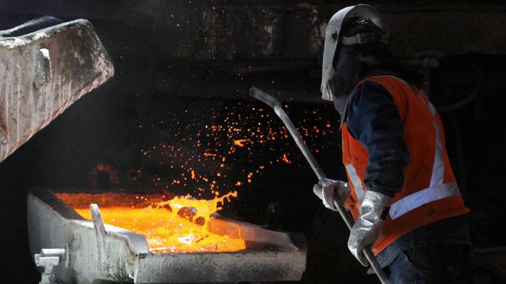 Cobre se hunde más de 2% y toca mínimos de 14 meses en la Bolsa de Metales