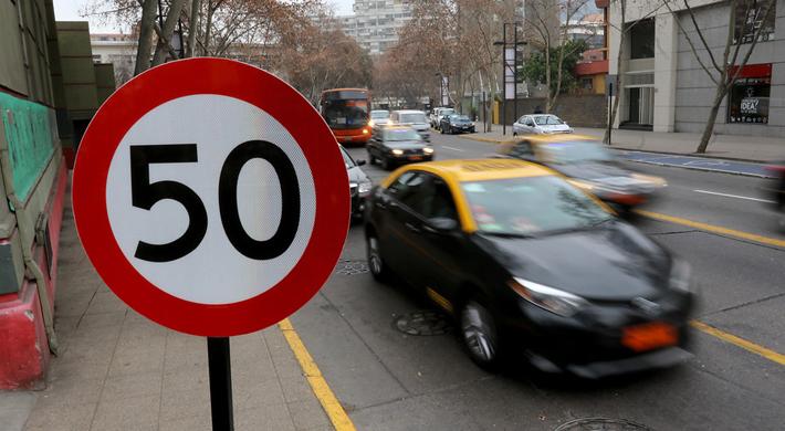 """""""Ha sido difícil la adaptación"""": El balance de Transportes de la ley que reduce a 50 km/hr límite de velocidad urbana"""