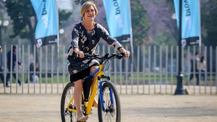 Alcaldesa Matthei sufre caída en bicicleta durante recorrido por fondas en Parque Bustamante