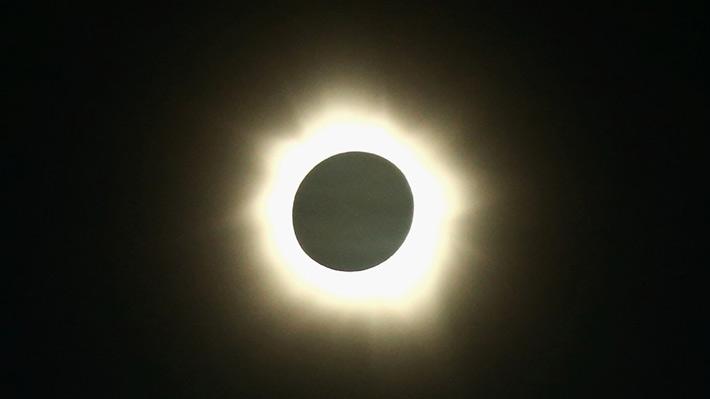 Revisa los mejores lugares en que se podrá observar el eclipse solar que cruzará Chile el próximo año