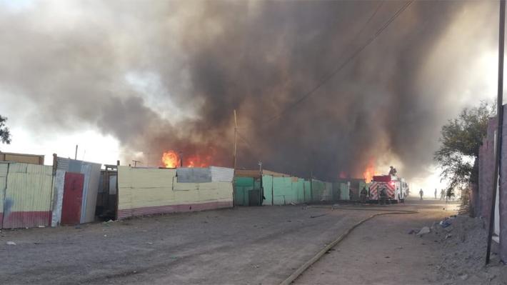 Incendio en campamento de Calama obliga a evacuar a 700 personas y deja al menos siete lesionados